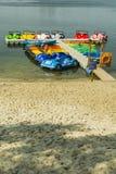 Il crogiolo di pagaia ha attraccato ad un passaggio pedonale dell'estate su un lago Fotografia Stock Libera da Diritti