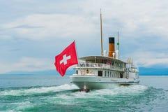 Il crogiolo di vapore con lo svizzero inbandiera il galleggiamento sul lago Immagini Stock