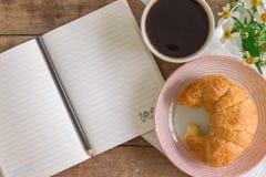 Il croissant casalingo è servito con caffè nero o il americano Delici fotografia stock