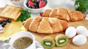 Il croissant fresco appetitoso del forno sulla regolazione della tavola pronta per la prima colazione sana zumma stock footage