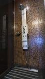 Il cromo placcato spruzza la doccia con gli spruzzatori alla parete piastrellata Fotografia Stock