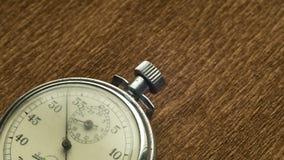 Il cronometro bianco del quadrante d'annata sui precedenti strutturali marroni gira la freccia archivi video