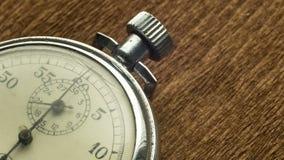 Il cronometro bianco del quadrante d'annata sui precedenti strutturali marroni gira la freccia stock footage