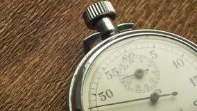 Il cronometro bianco del quadrante d'annata sui precedenti strutturali marroni gira la freccia video d archivio