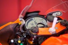 Il cruscotto con il tachimetro sul quadro portastrumenti del primo piano del motociclo Fotografie Stock Libere da Diritti