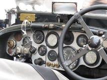 Il cruscotto e volante dentro l'interno dell'automobile sportiva classica britannica isolata su fondo bianco Fotografie Stock Libere da Diritti