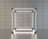 Il cubo d'ardore montra sulle mattonelle grige del metallo del fondo della parete con la riflessione rappresentazione 3d Immagini Stock