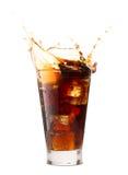 Il cubo di ghiaccio droped in vetro della cola fotografia stock