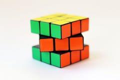 Il cubo di Rubik su fondo bianco Fotografia Stock