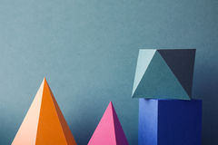 Il cubo rettangolare del prisma della piramide ha sistemato su Libro Verde Fondo geometrico astratto variopinto con tridimensiona Immagini Stock