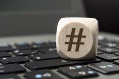 Il cubo taglia con il simbolo di Hashtag su una tastiera fotografie stock