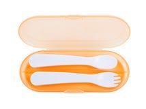 Il cucchiaio e la forchetta di plastica su bianco hanno isolato il fondo Fotografia Stock