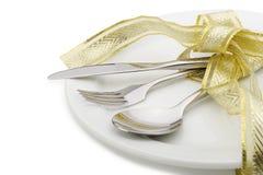 Il cucchiaio, la forchetta e una lama hanno legato in su il nastro celebratorio Fotografia Stock Libera da Diritti