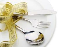 Il cucchiaio, la forchetta e una lama hanno legato in su il nastro celebratorio Fotografie Stock