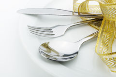 Il cucchiaio, la forchetta e una lama hanno legato in su il nastro celebratorio Immagini Stock