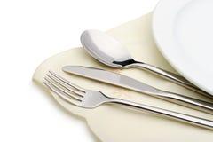 Il cucchiaio, la forchetta e una lama si trovano sul tovagliolo Immagine Stock