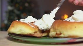 Il cucchiaio spalma la crema su un panino stock footage