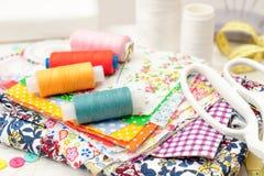 Il cucito, cucendo sulla macchina per cucire, rifornimenti di cucito, ha colorato la s Fotografia Stock Libera da Diritti