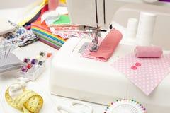 Il cucito, cucendo sulla macchina per cucire, rifornimenti di cucito, ha colorato la s Immagini Stock