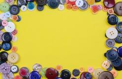 Il cucito si abbottona su giallo nella forma quadrata Fotografia Stock Libera da Diritti