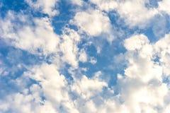 Il cumulo sta galleggiando nel cielo Fotografia Stock