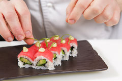 Il cuoco dei sushi versa la salsa Fotografia Stock