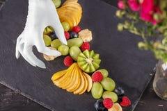 Il cuoco del cuoco unico prepara il dessert con frutta nel ristorante Il raggiro Fotografia Stock