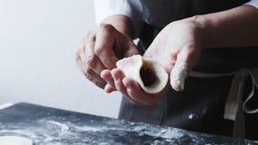 Il cuoco della donna scolpisce manualmente gli gnocchi farciti con le ciliege archivi video