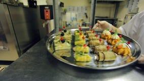 Il cuoco invia a cameriere un vassoio di vari tagli freddi, verdure stock footage