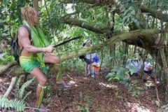 Il cuoco Islander spiega ai turisti occidentali circa il natur locale fotografia stock