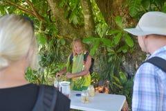 Il cuoco Islander spiega circa i benefici del succo di frutta di Noni alla a immagini stock