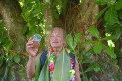Il cuoco Islander spiega circa i benefici di Noni Juice durante il giro di Eco fotografie stock