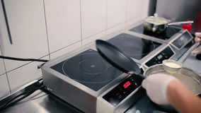 Il cuoco prende un pancake dalla padella stock footage