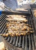 Il cuoco prepara gli spiedi di frutti di mare Immagini Stock