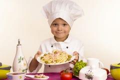 Il cuoco prepara l'alimento Fotografie Stock Libere da Diritti
