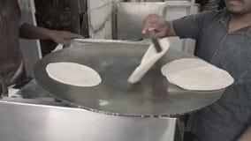 Il cuoco prepara la focaccia stock footage