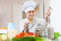 Il cuoco professionista lavora nella cucina Fotografia Stock Libera da Diritti