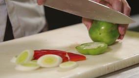Il cuoco professionista taglia le verdure stock footage