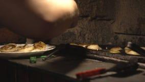 Il cuoco rimuove dalla cipolla fritta griglia e cotto in marinata su un piatto, le verdure bollenti, movimento lento stock footage