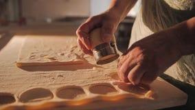 Il cuoco taglia la pasta anche in piccoli cerchi Il processo di modellistica degli gnocchi donna di vettore della preparazione de video d archivio