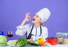 Il cuoco unico adorabile della ragazza insegna a culinario Migliori ricette culinarie da provare a casa Gusto stupefacente Ingred immagine stock