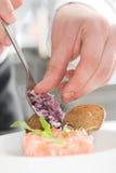 Il cuoco unico aggiunge la cipolla cutted Fotografie Stock Libere da Diritti