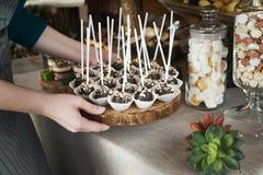 Il cuoco unico che mette il vassoio con il biscotto del cioccolato schiocca sulla tavola Immagine Stock Libera da Diritti