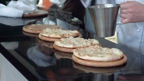 Il cuoco unico cucina la pizza al ristorante video d archivio