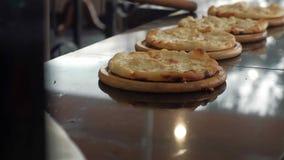 Il cuoco unico cucina la pizza al ristorante archivi video