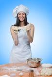 Il cuoco unico d'uso della ragazza sexy prepara la pasta fotografia stock