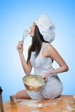 Il cuoco unico d'uso della ragazza sexy prepara la pasta fotografia stock libera da diritti