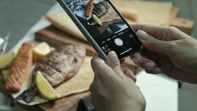 Il cuoco unico decora il piatto saporito, concetto di affari di ristorante stock footage