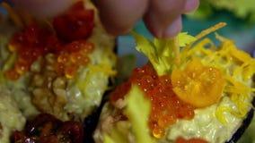 Il cuoco unico del movimento lento prepara il piatto esotico dell'alimento con l'avocado, il caviale, pomodori archivi video