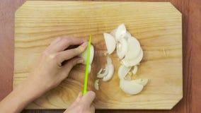 Il cuoco unico della donna prepara le cipolle nella cucina Vista da sopra Vista superiore stock footage